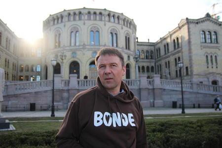 Lars Petter Bartnes foran Stortinget