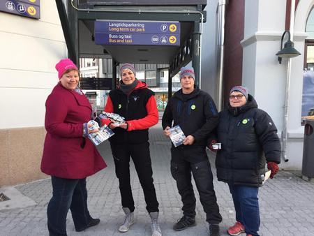 Vang og Løten Bondelag i skjønn forening på Hamar stasjon: Guro Thorkildsdatter Alderslyst, Marianne Fjeldseth Hermansen, Arnulf Berg og Ingeborg Tønseth.