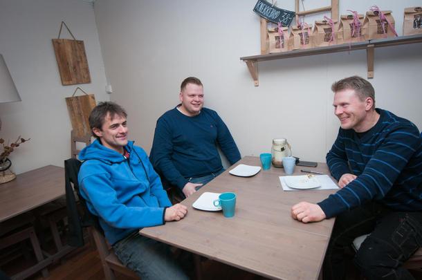 SOSIALT: I tillegg til å diskutere fag er det også hyggelig og motiverende å møtes. Fra venstre mot høyre: Oddbjørn Aarøe, Bjarne Saltvik Faanes og Bent Ingar Fuglu.