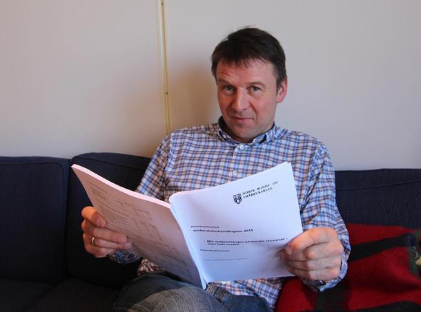 Bondelagsleder leser NBS sitt dokument før jordbruksforhandlingene 2015.