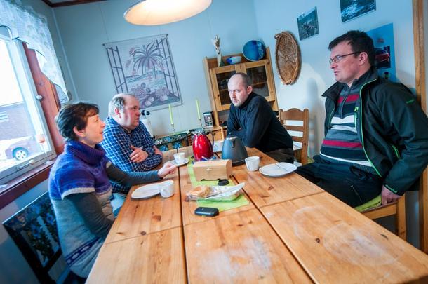 KAFFE OG FAGPRAT: De møtes for å få mer kompetanse som melkebønder. Her er de samlet hjemme hos ekteparet Bente og Jostein Dahl (på venstre side av bordet). På andre siden sitter Ole Anton Sjule (til venstre) og Konrad Moum.
