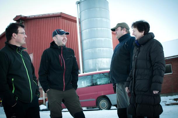 TRIVSEL PÅ TUNET: Melkebøndene i Snåsa startet med fagmøter i 2012, altså før prosjektet Kompetanseløft trøndersk landbruk ble startet. Siden har de fortsatt med møtene. Fra venstre: Konrad Moum, Ole Anton Sjule, Jostein Dahl og Bente Dahl.