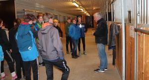 Etter ein knapp time i stallen har elevane fått nye kunnskapar om hest. -Eg ser dykk gjerne att som elevar hos meg om eit par år, avslutta lærar Harald Løtuft.