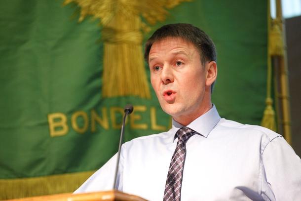 Leder Lars Petter Bartnes på talerstolen på Bondetinget.