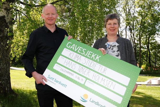 Lars Haltbrekken delte ut Landbrukets klimapris til Martha Mjølnerud, som tok i mot prisen for Hans Tøger Holmsen.