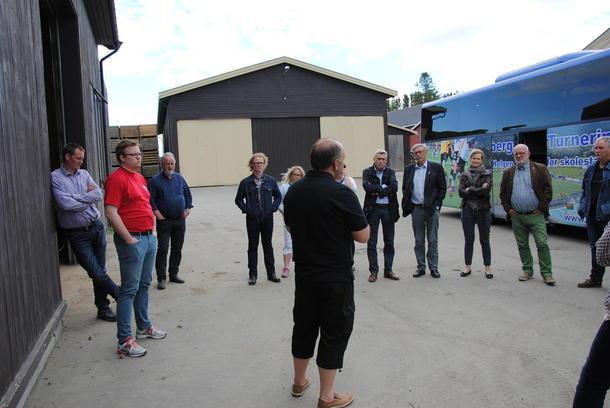 Johannes Dyste forteller en lydhør forsamling om kålrot, smittefrie griser og om norsk dyrehold og det lave medisinbruket vi har i Norge.