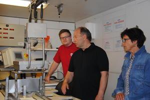 Johannes Dyste viser Aps Even Aleksander Hagen og fylkesstyremedlem i Oppland Bondelag Magnhild Grimsrud noe av teknologien i Kålrotpakkeriet.