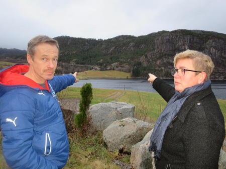 Egil Berdal og Turid Mjønesaune peker mot fjellet der tunellen kommer ut på Mjønes Fv 714
