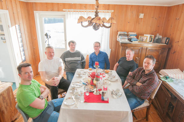 Bordet er dekket: Det sosiale står aller høyest når denne gjengen treffes. Fra venstre mot høyre: Lars Stokke, Snorre Jystad, Arne Iver Tvestad, Karl Anders Fjerstad, Bjørnar Moe og Håvard Dyrstad.