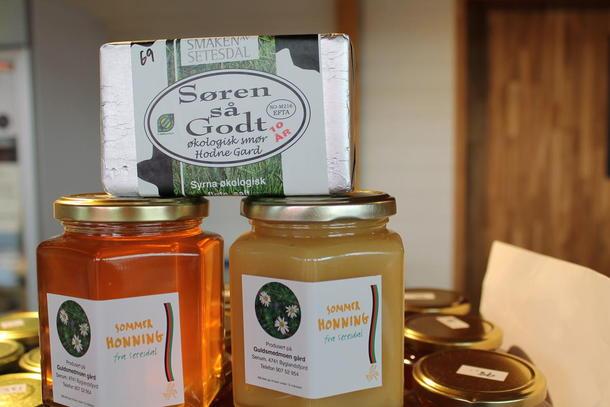 Økologisk smør frå Moisund - og velsmakande honning frå Byglandsfjord opptek stadig fleire meter med hylleplass hjå Lille Kolonial. ( foto: øystein moi )