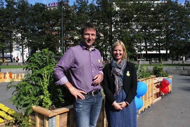 Lars Petter Bartnes og Guri Melby ved et av Oslos områder for landbruk på byvis, Vaterland.