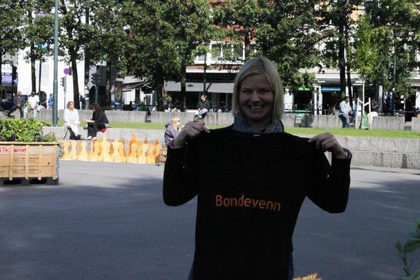 Guri Melby fikk Bondevenn-tskjorte av Lars Petter Bartnes og Norges Bondelag.