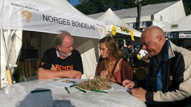 Trond Ellingsbø fra Oppland hjelper de besøkende med quizen.