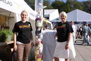 Jane Dahl Sogn og Kari Berg er to av dem besøkende fikk møte på standen.