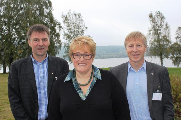 Venstre og Trine Skei Grande får ros for å behalde skattefritak på gardsoverdragingar i forslaget til statsbudsjett for 2016. Bildet av Lars Petter Bartnes, Trine Skei Grande og Per Skorge er tatt tidlegare i år.