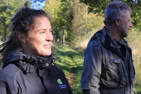 Charlotta Noren fra Hushållningssällskapet er rådgiveren som har gitt klimaråd på Trumpetaregården. Her sammen med bonden Lennart Pettersson.