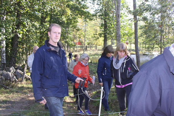 Bonde Joakim Pettersson tar med norske kolleger på befaring på Trumpetaregården i Skara, Sverige.