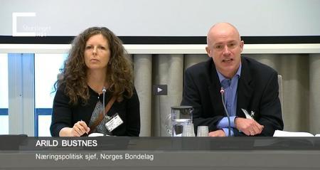 Kari Marte Sjøvik og Arild Bustnes under høringa i Stortingets næringskomite. Foto fra Stortingets Nett-TV.