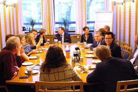 Næringskomiteen og organisasjoner som kjemper for sterkere jordvern sammen på Stortinget.