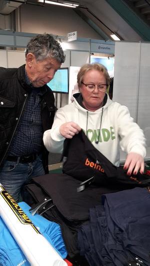 Gunn Mari Galleberg selger t-skjorter.