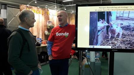 Næringspolitisk sjef i Norges Bondelag, Arild Bustnes er på plass på Bondelagsstanden. Foto: Astrid Solberg.