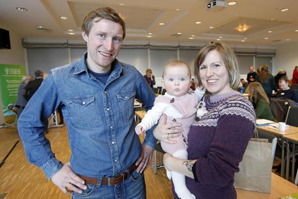 De to bøndene Ola Morten Græsli fra Tydal og Marit Anna Morken fra Verdal, med dattera Ragnhild Talia, fortalte om sine erfaringer.