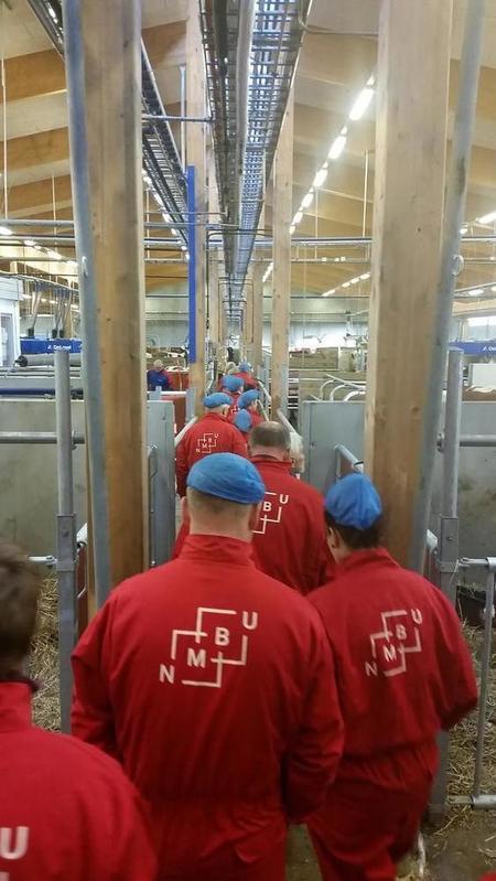 På rad og rekke for å se på roboten. 35 ivrige medlemmer.