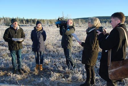 Hedmark Bondelag-leder Erling Aas-Eng, Våler-ordfører Lise Berger Svenkerud og landbrukssjef Anne Kristine Rossebø på Haslemoen, med både NRK og Glåmdalen (samt Østlendingen) til stede.