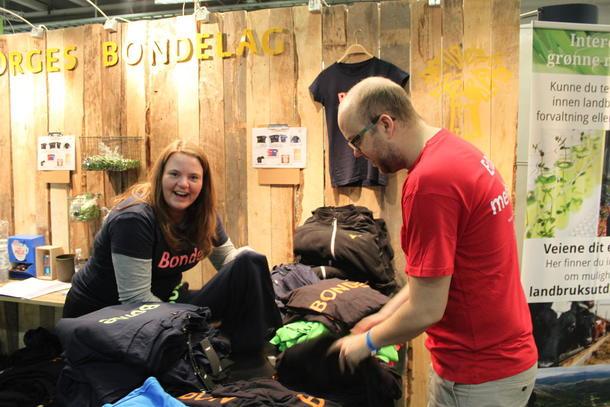 Inger Johanne Sveen og Fridtjof Denneche frå administrasjonen i Norges Bondelag selte enormt mange t-skjorter under Agroteknikk.