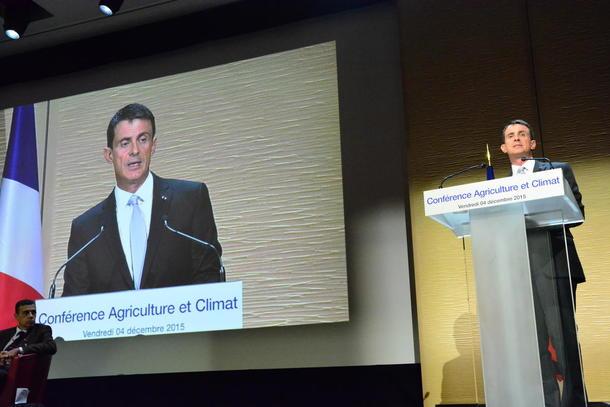 Den franske statsministeren Manuel Valls ba bøndene produsere meir lokal fransk mat og fôr, og overtyde forbrukarane om at kjøt og ost er ok å ete.