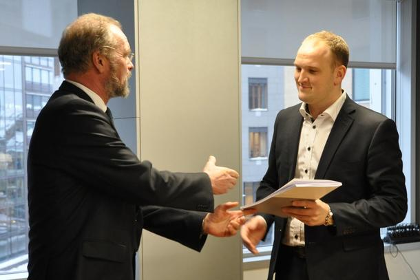 Utvalgsleder Lars Sponheim overrakte rapporten til landbruks- og matminister Jon Georg Dale. (Foto: Landbruks- og matdepartementet)