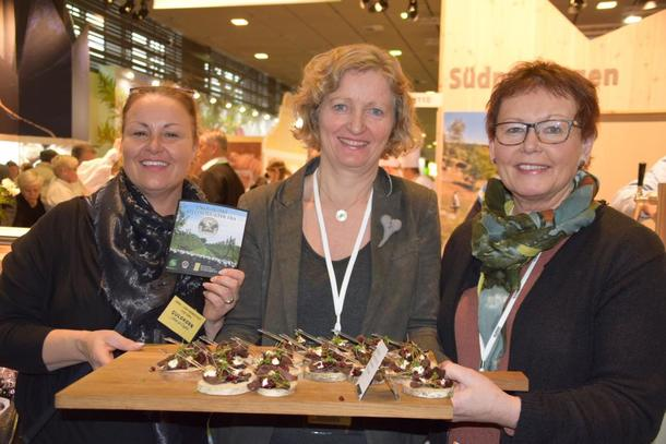 Kristin Ianssen viser fram produkter fra Osloregionen sammen med  Anne-Lene Bjerketvedt fra Dyre gård og Astrid Aasen fra Gangstad gårdsysteri.