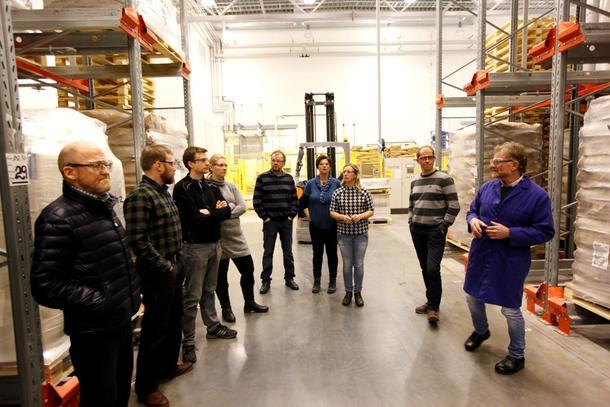 Meierisjef Kjell Tronhus (til høyre) orienterte styret i Nord-Trøndelag Bondelag om virksomheten på Verdal.