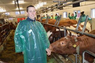 Vegard Smenes (28) på Kårvåg har nylig tatt over familiegarden og ønsker å videreføre mjølkeproduksjonen i sitt nyutbygde båsfjøs.