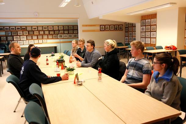 Åtte av elevene ved Mære landbruksskole fikk et eget møte med landbruks- og matminister Jon Georg Dale, som ønket innspill fra ungdommene.