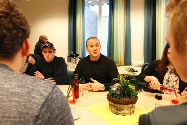 Landbruks- og matminister Jon Georg Dale i samtale med elevene ved Mære landbruksskole.