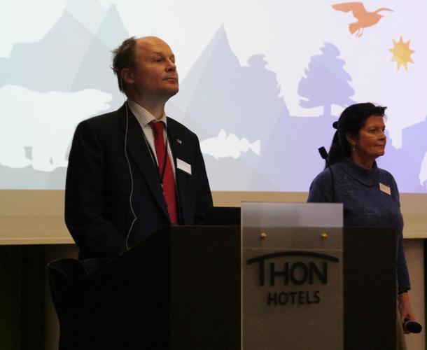 Statssekretær i klima- og miljødepartementet, Lars Andreas Lund.  Til høyre er leder av Norsk Bonde- og Småbrukarlag, Merete Furuberg.