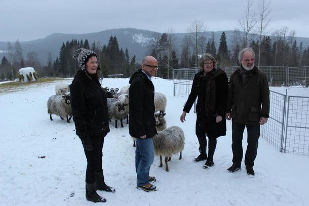 Merete Furuberg (leder Småbrukarlaget), Vidar Helgesen (klima- og miljøvernminister), Tone Våg (leder Sau og Geit) og Einar Frogner (Bondelaget).  Foto: Finn Erlend Ødegård