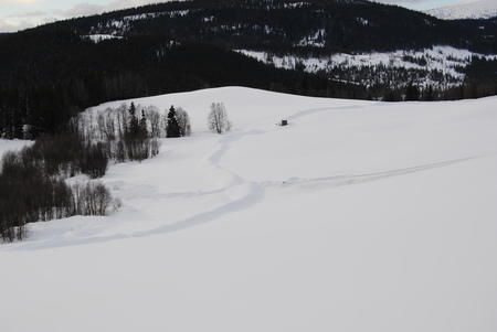 Her ble matjorda vart tatt av i høst før snøen kom, og grøfta svinger etter høydeprofil for å få naturlig fall og dermed unngå pumpestasjoner. Gravestart er i disse dager. Foto: Ole Kristian Oldre