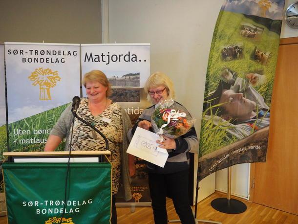 Sissel Berge delte ut verveprisen til Årets Lokallag Strinda Landbrukslag. Her mottar lokallagsleder Ingrid Nielsen blomster, penger og medlemsmøte med mat og besøk fra Norges Bondelag. Det siste vil hun gjerne dele med de nærmeste lokallaga som de samarbeider mye med.