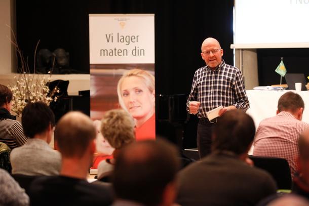 Asbjørn Helland mener at beiteressursene må tas i bruk til å produsere mat, og at det må komme en ny rovdyrpolitikk.