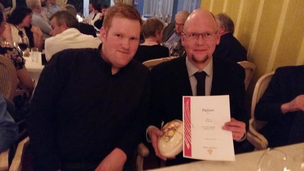 Dovre Bondelag, her representert ved Ingebrigt Vigenstad og Egil Romsås, under årsmøtemiddagen, der prisen ble delt ut.