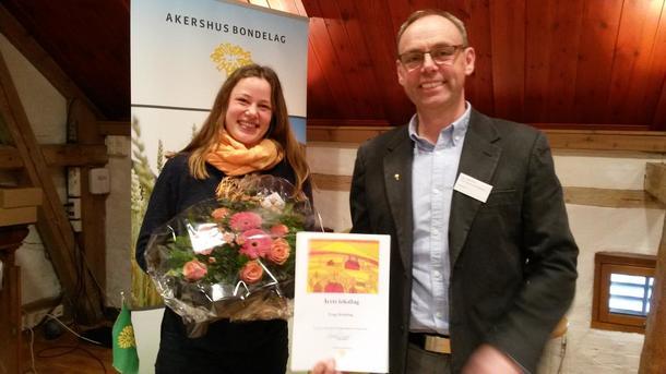 Fylkesleder Sigurd Enger overrekker prisen for årets lokallag til Stina Mehus som tar imot prisen på vegne av Frogn Bondelag.