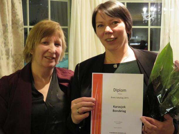 Fylkesleder Grete Liv Olaussen og Ann Mari Nordsletta som tok imot prisen på vegne av Karasjok