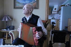 TORADER: I godt vaksen alder lærte Grimset seg å spele torader. Instrumentet ligg i stova, og han spelar framleis litt.