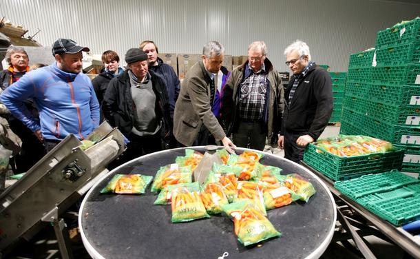 Knut Rostad (til høyre) fortalte om det moderne gulrotpakkeriet og om hva som gir god kvalitet på gulrota.
