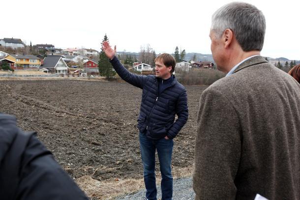 Reidar Berg foran dyrkajorda som allerede er omregulert til boliger, men som han helst vil beholde.