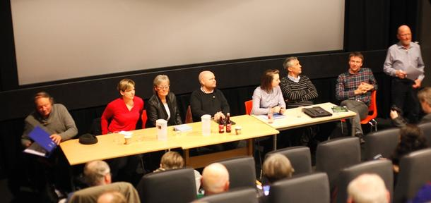 Debattpanelet besto av fra venstre: Arvid Vold (MGD), Anne Kolstad (SV), Marit Voll (Sp), Bjørn Stian Strøm Hojem (V), Silje Heggdal Sjøvold (H), Bjørn Iversen (Ap), Lars Petter Bartnes og debattleder var Asbjørn Helland.