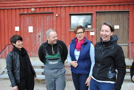 Politikere og vertskap foran fjøsdøra på Hågå. F.v. Fylkespolitiker Aud Hove, vert Anders Hole Fyksen, Stortingsrepresentant Anne Tingelstad Wøien og vert Silje Marie Brodshaug.