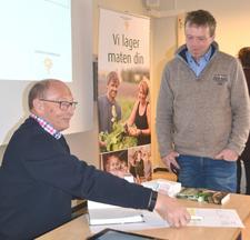 Reidar Almås solgte og signerte bøker i pause.